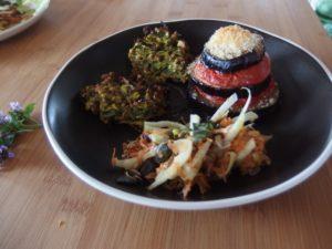 Millefeuille d'aubergine, galette au sarrasin et à la courgette et crudité